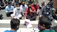 Jajaran DPRD Pati berdiskusi dengan para demonstran dengan cara lesehan.
