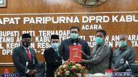 Ketua DPRD Pati Ali Badrudin (kanan) didampingi pimpinan dewan lainnya menyerahkan hasil reses kepada BUpati Pati Haryanto.